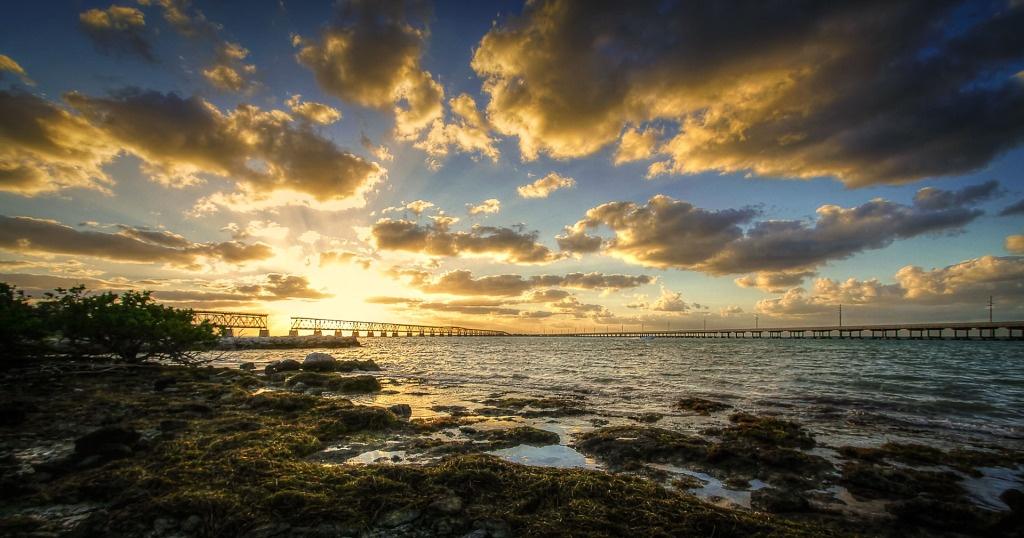 Die alte Bahia Honda Bridge im Sonnenuntergang.