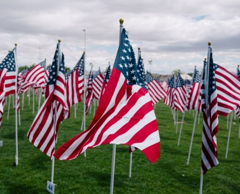 Amerikanische Flaggen auf einem Memorial